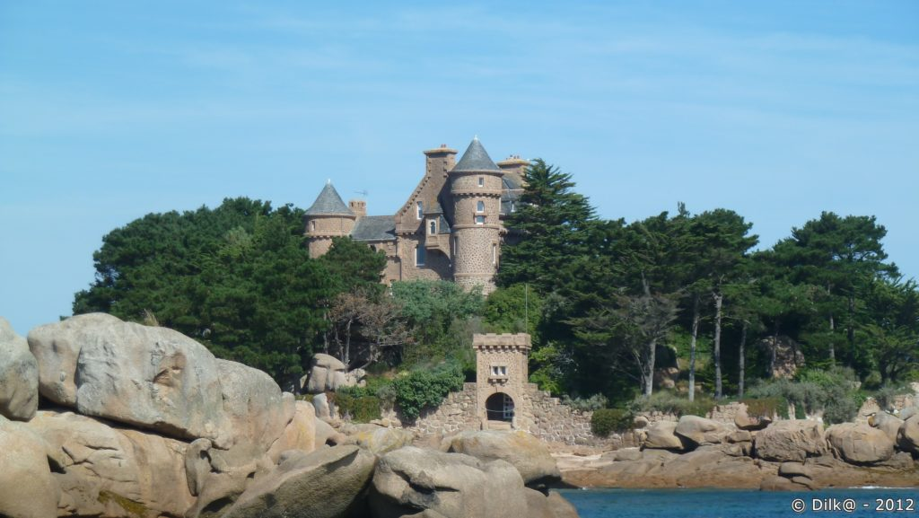 Le château de Costaérès sur un îlot à la sortie du port de Ploumanac'h