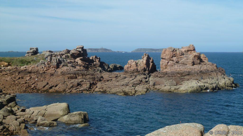 Au loin, l'île aux Moines dans l'archipel des Sept-Îles