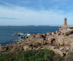 Le phare de Ploumanac'h et à l'horizon, l'archipel des Sept-Îles