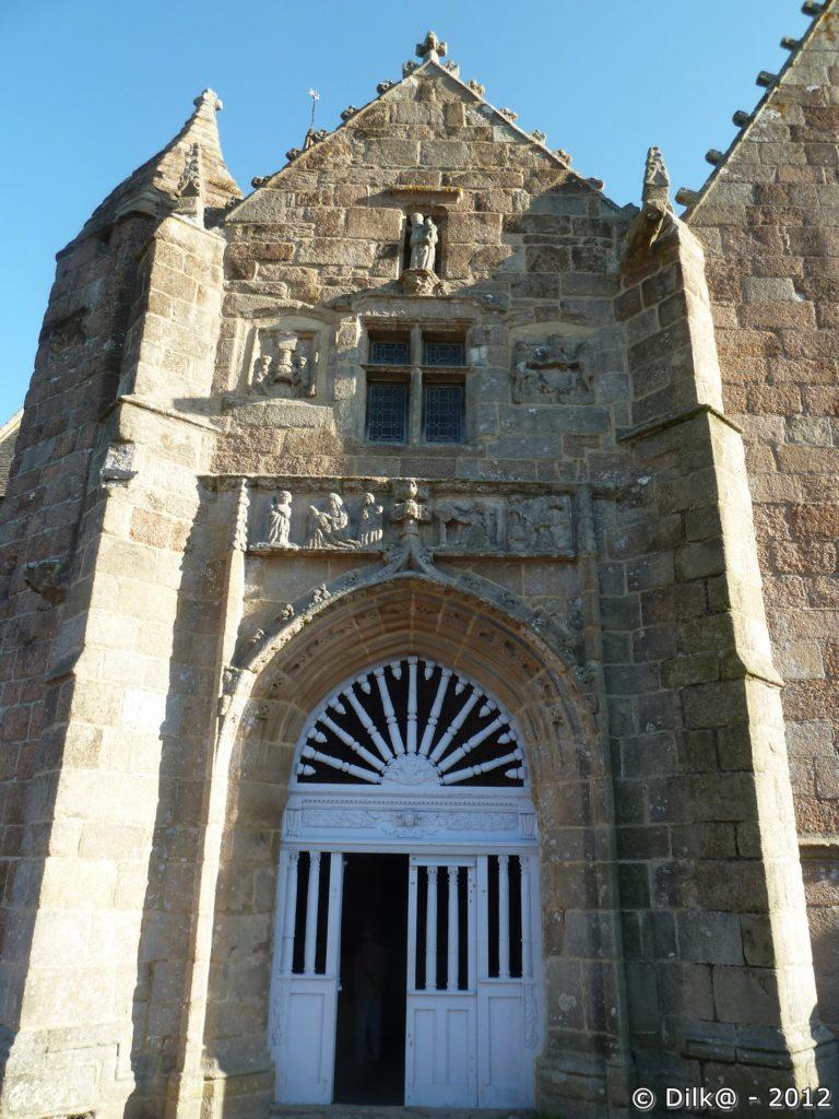 Le porche de la chapelle Notre-Dame de la Clarté
