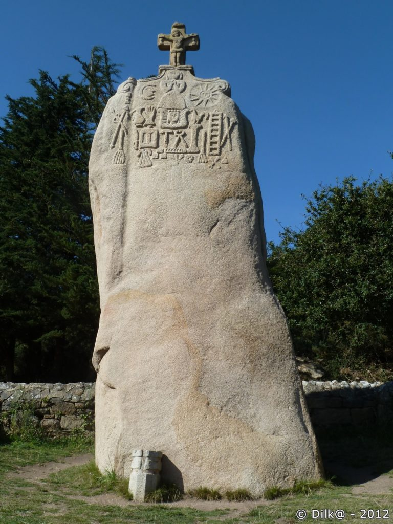 Les sculptures du menhir de Saint-Uzec