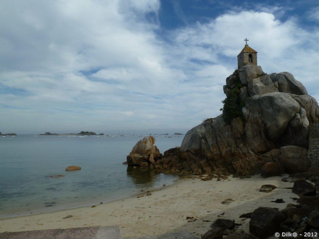 Un petit oratoire surplombe la plage de Port-Blanc
