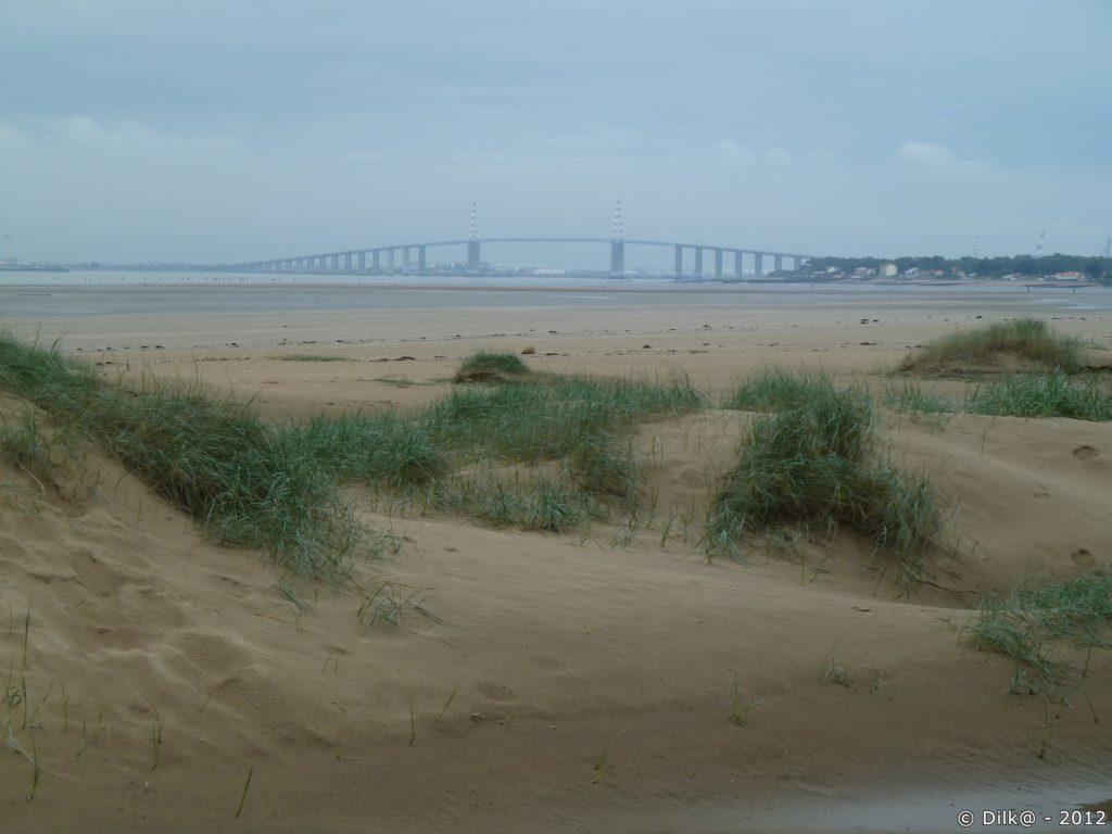 Le pont de Saint-Nazaire depuis la plage la plage du Pointeau côté Saint-Brévin