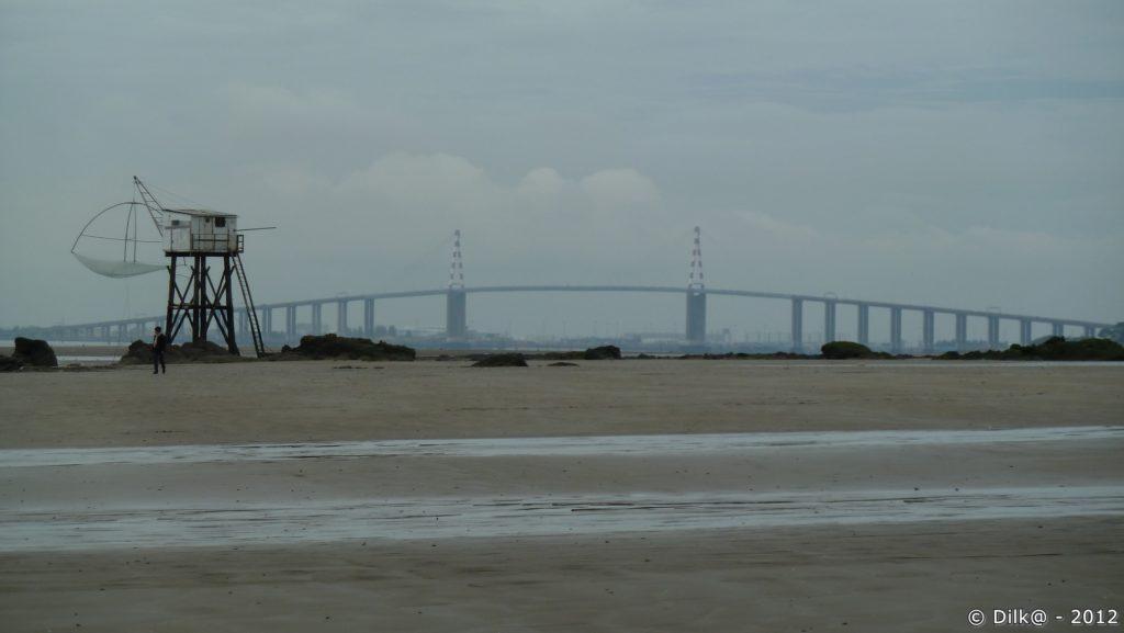 Le pont de Saint-Nazaire et une pêcherie à marée basse