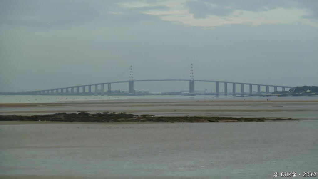 Le pont de Saint-Nazaire à marée basse