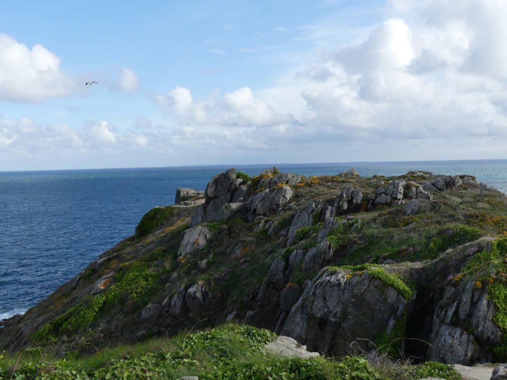 De la pointe du Grouin, on aperçoit les îles Chaussay