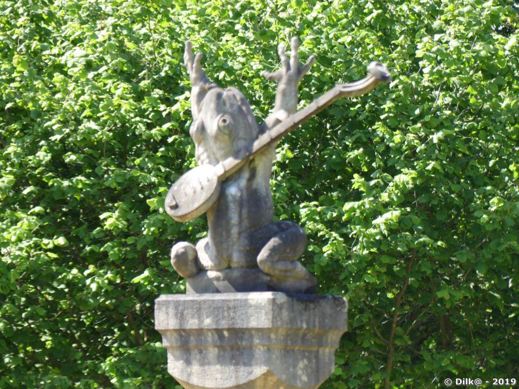 La grenouille du lavoir avec sa mandoline