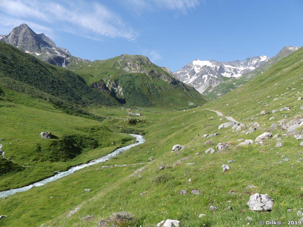 Au fond : le glacier de Peclet-Polset, au centre : la ferme de l'alpage du Ritort