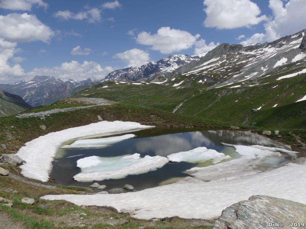 Petit lac au bord du chemin vers le refuge