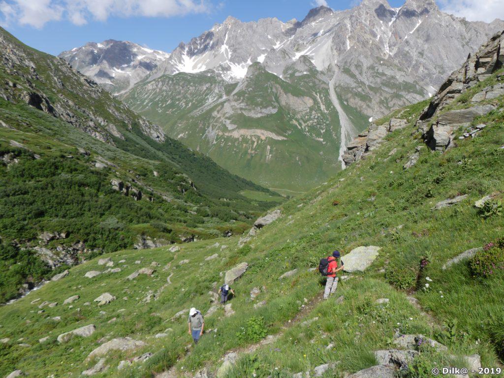 La montée est raide depuis la vallée du Doron de Chavière
