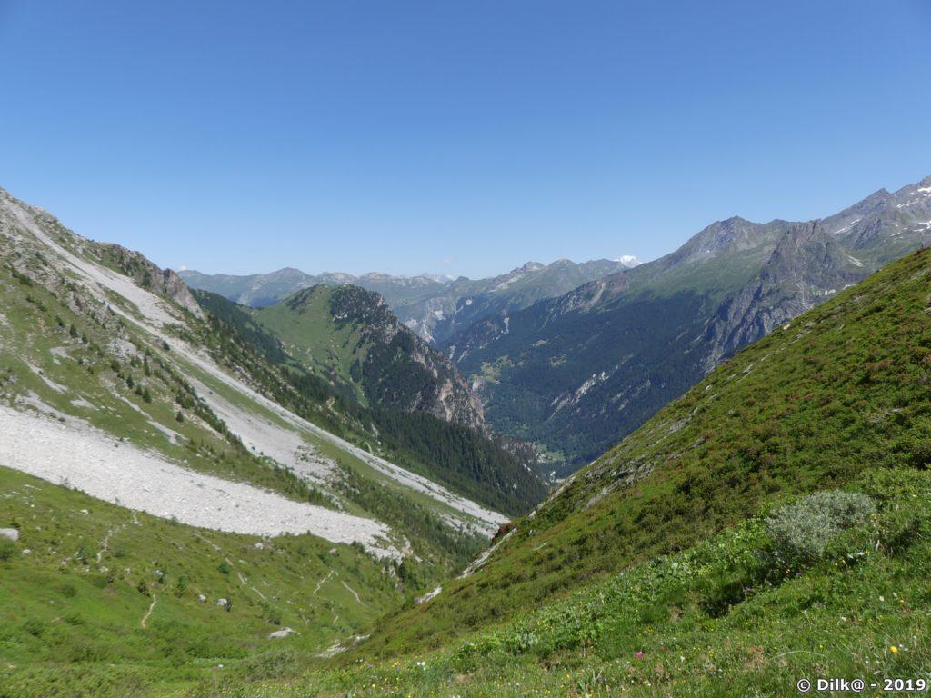Panorama depuis le col de Napremont, la petite pointe blanche enneigé... c'est le Mont-Blanc !