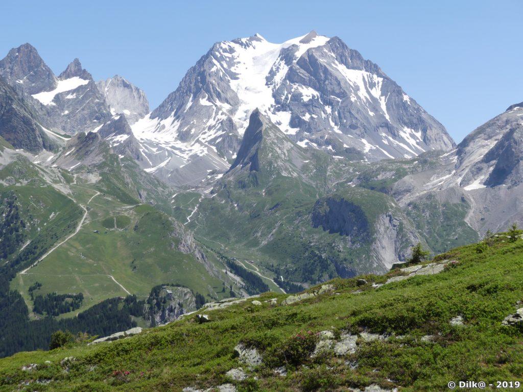 Le Morriond (rond et herbeux), l'aiguille de la Vanoise (pointue) et la Grande Casse (au fond)