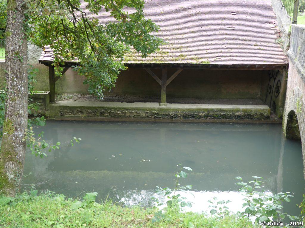 Le lavoir sur l'Aubetin au lieu-dit Montcet près de Saint-Augustin
