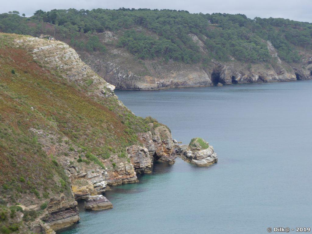 Le sentier côtier longe la falaise