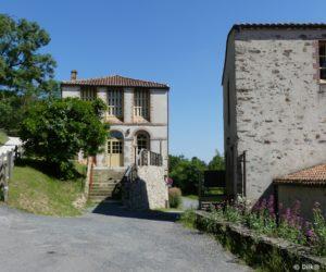 Le moulin (à droite) et le séchoir (à gauche)