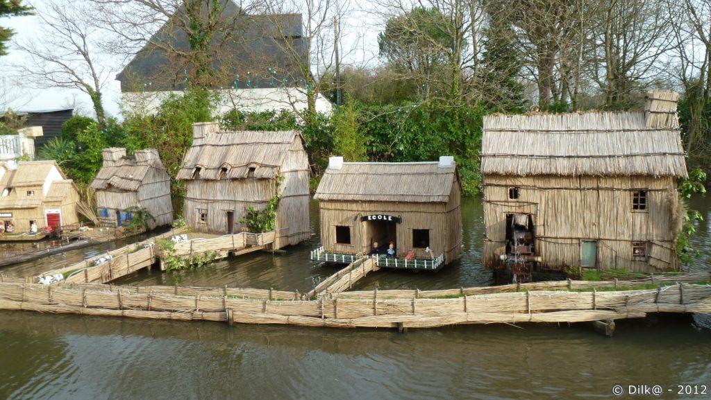 Les maisons briéronnes sur l'étang de Marland