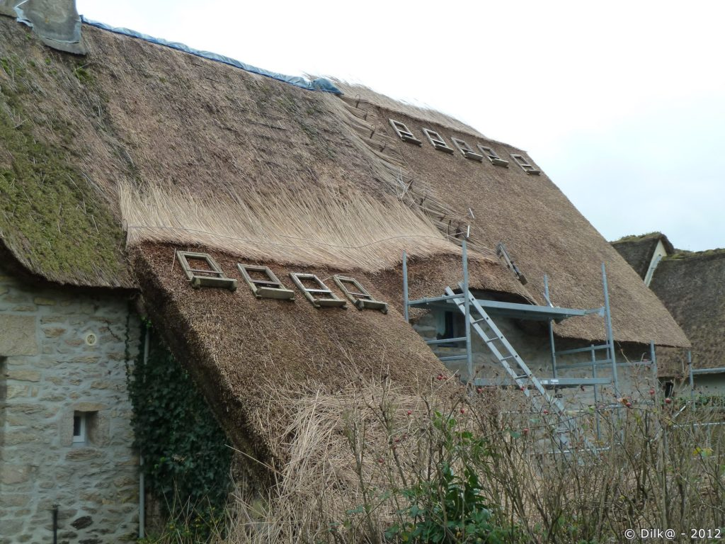 Chaumière dont le toit est en travaux