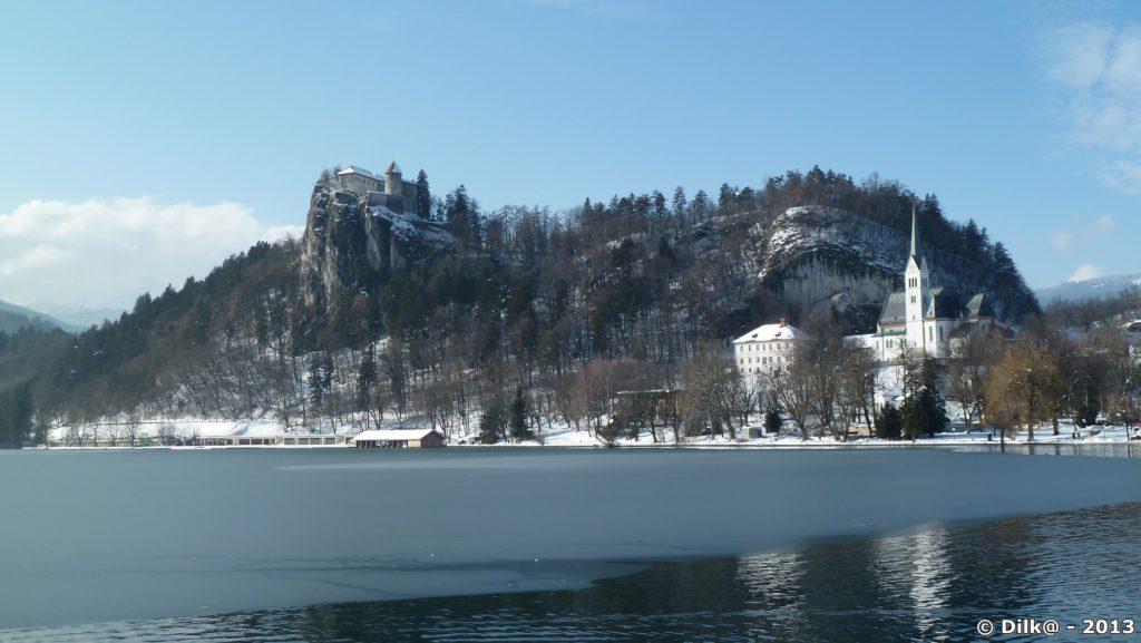 Le château de Bled et le lac où La glace est visible par endroits