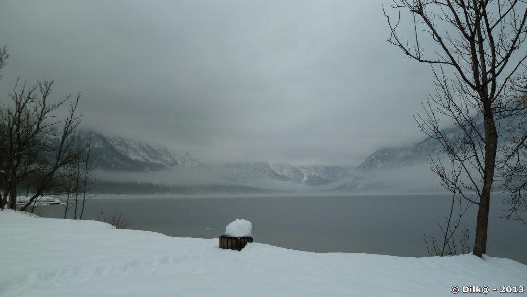 Le lac de Bohinj dans la brume matinale