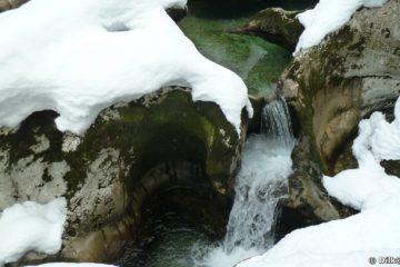 L'érosion a creusé des paysages fabuleux dans le calcaire : des ponts, des arches et des trous