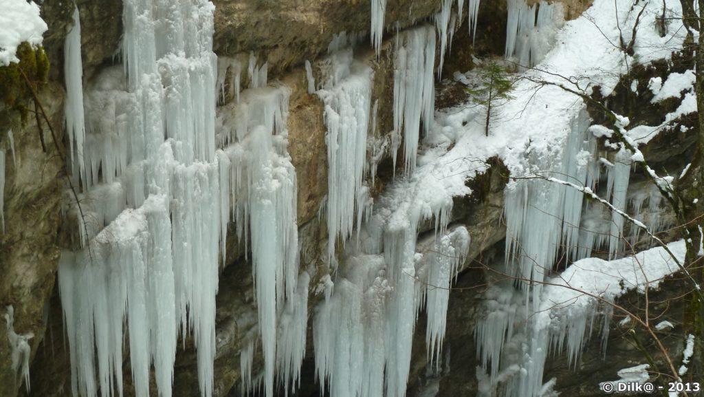 Le gel a figé l'eau de ruissellement qui forme une draperie de stalactites