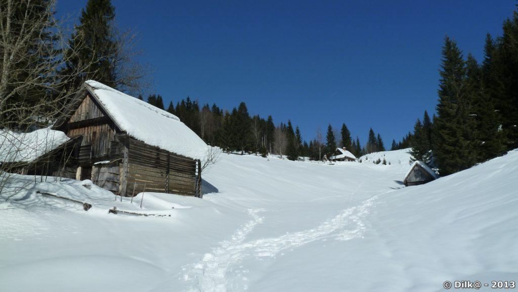 Petits chalets sous la neige