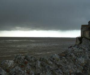 L'église de Talmont avant l'orage