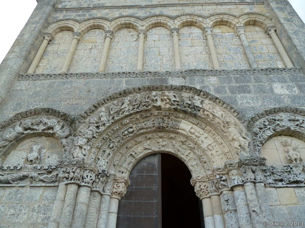 Le porche de l'église de Talmont