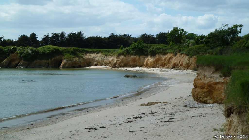 Le chemin littoral longe des petites falaises dorées
