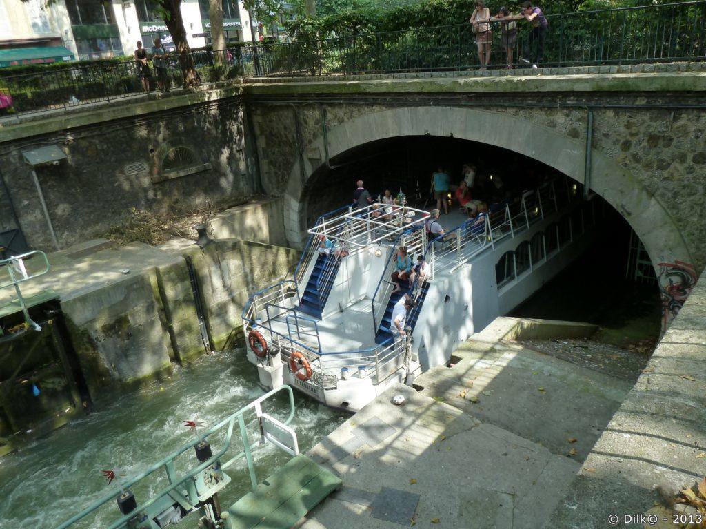 Passage de l'écluse avant de disparaître dans le tunnel jusqu'à la Bastille