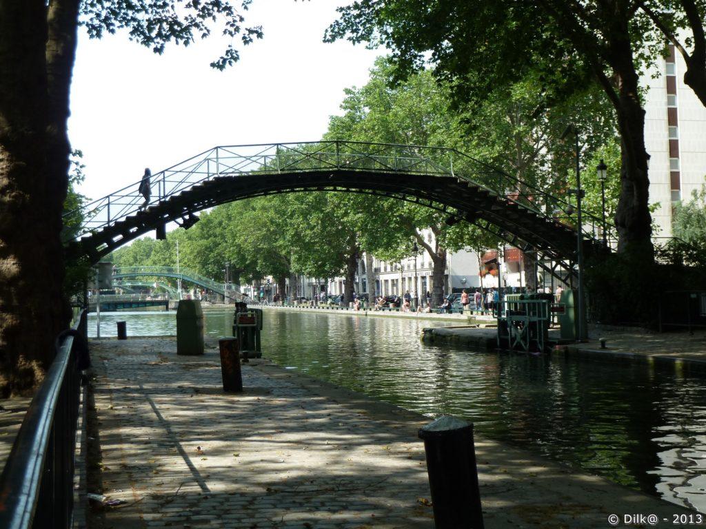Pont piéton sur le canal