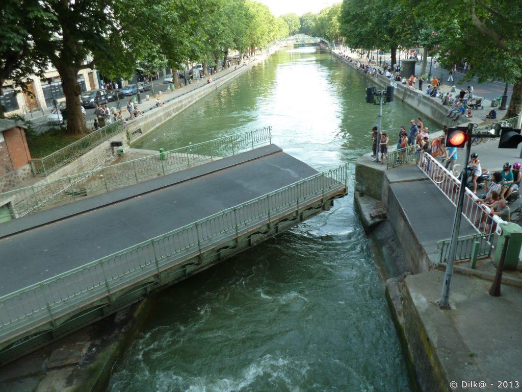 Le pont tournant permet de faire passer les bateaux