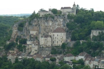 Rocamadour vue de loin donne la dimension de la ville accroché à la paroi rocheuse