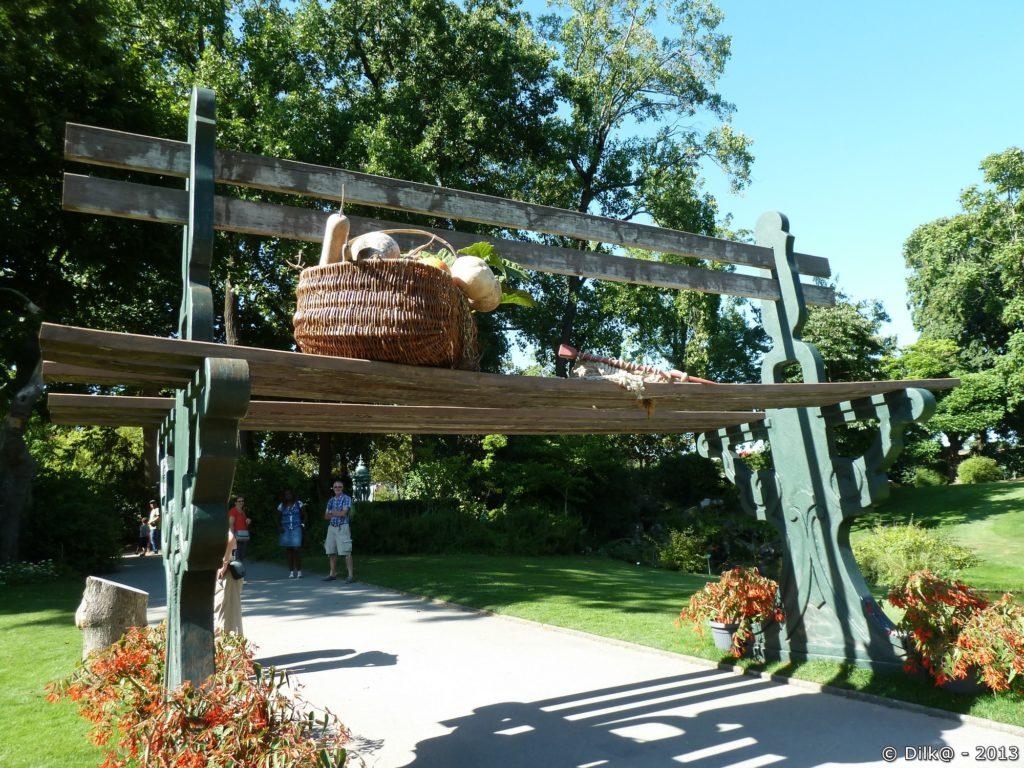 Le banc géant avec son panier de légumes et le tricot