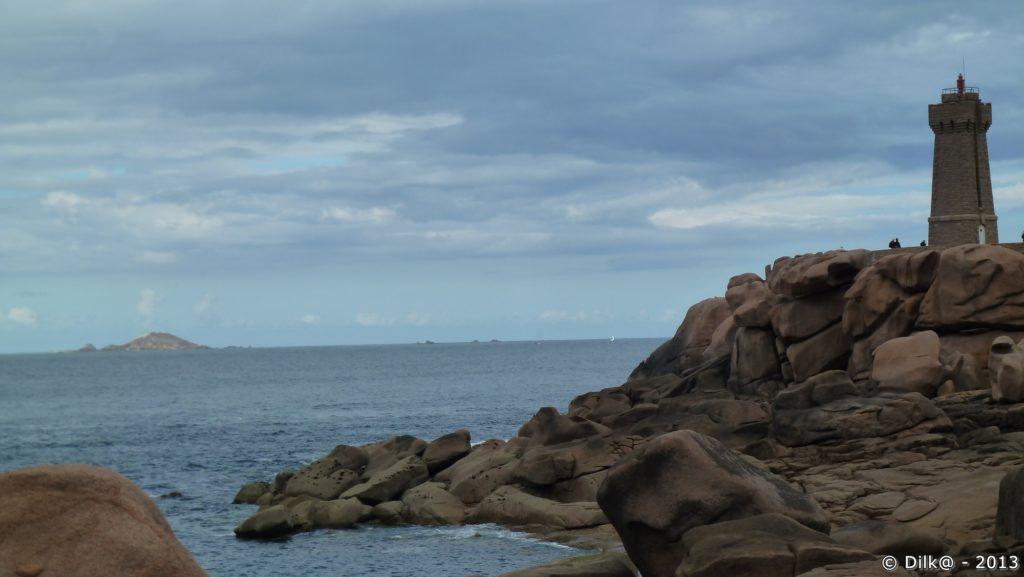 Le phare de Min Ruz et l'archipel des sept îles au loin