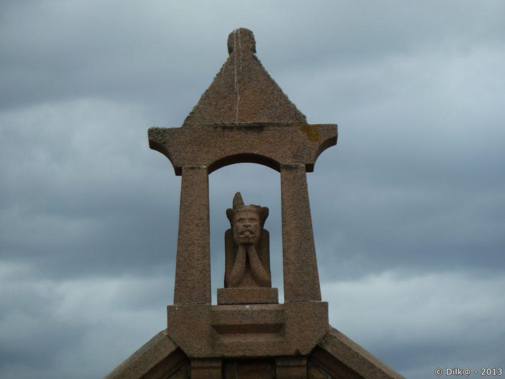 Dans le clocher d'une chapelle au bord du chemin