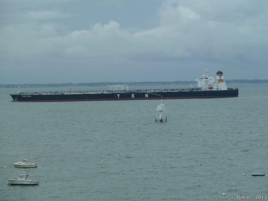Tanker entrant dans le port de Saint-Nazaire