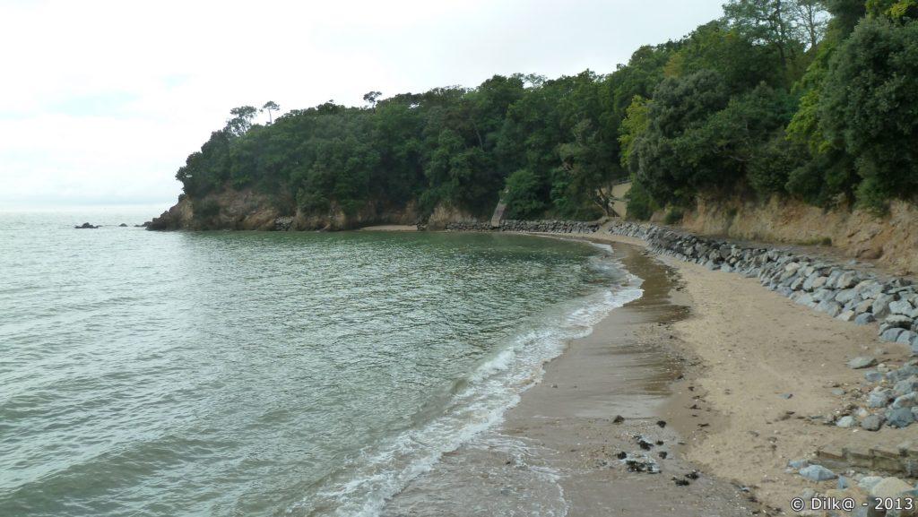 Le sentier côtier passe le long de la plage