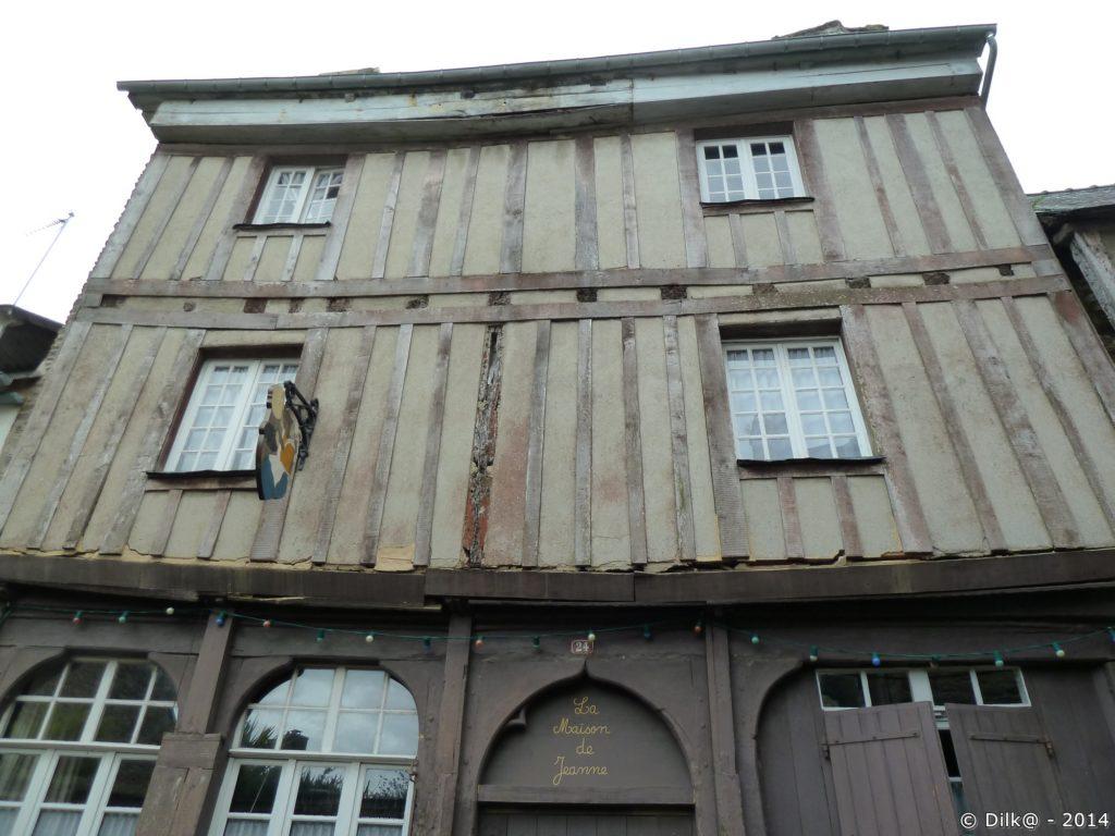 Maisons à pans de bois près des deux tours d'armateurs