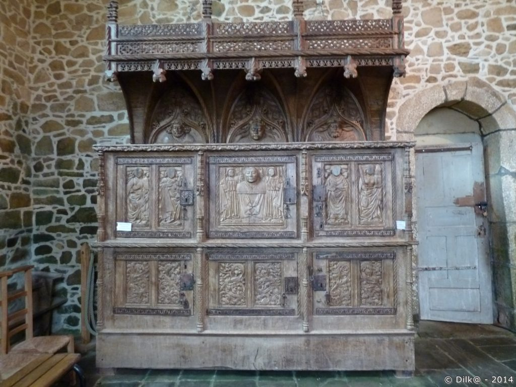 La crédence a été sculptée par des artisans de Tréguier