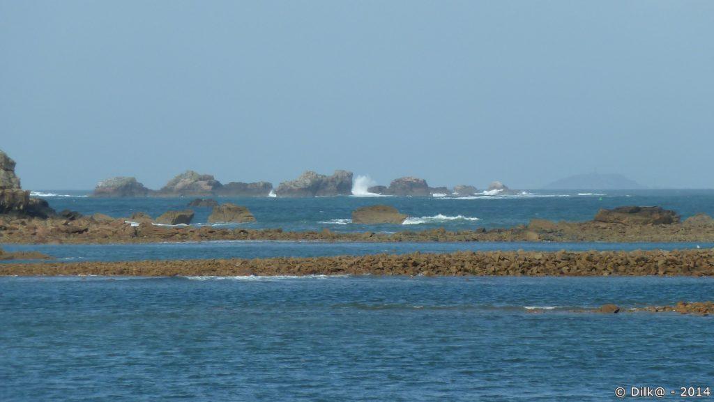 Au loin, l'archipel des Sept-Iles (dans la brume à droite)