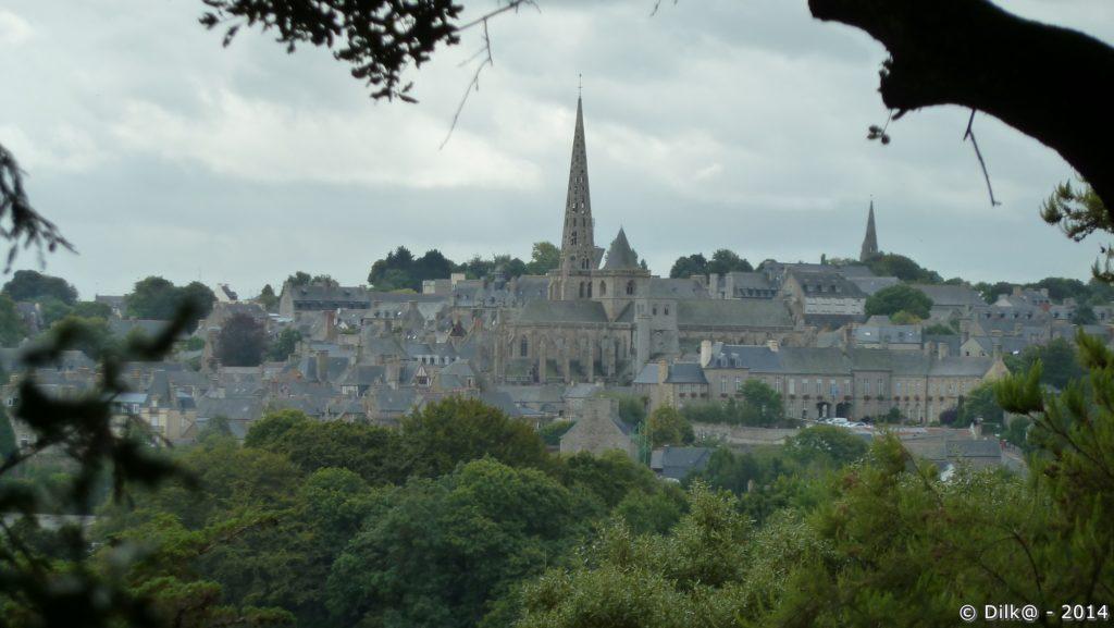 Du parc, on voit très bien la ville de Tréguier et la flèche de la cathédrale Saint- Tugdual