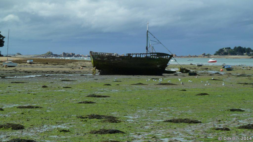 Épave de bateau entre les stations balnéaires de Buguélès et de Port-Blanc...