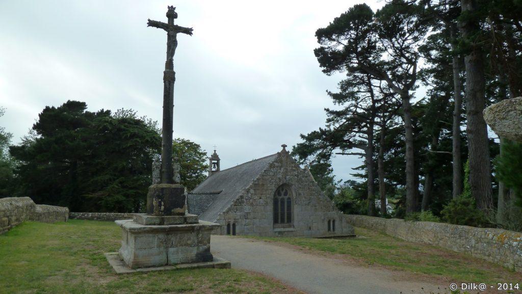 La chapelle semi-enterrée de Port-Blanc et son calvaire