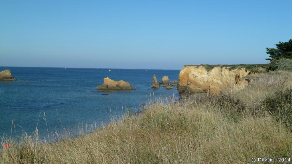 Le sentier longe la mer et les rochers dorés