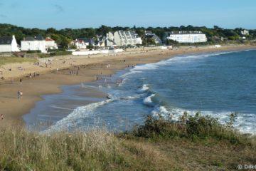 Les touristes sont nombreux sur la plage et dans l'eau
