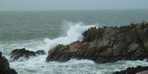Vagues contre rochers