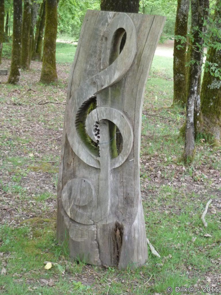 La clé de sol sculptée dans un tronc d'arbre