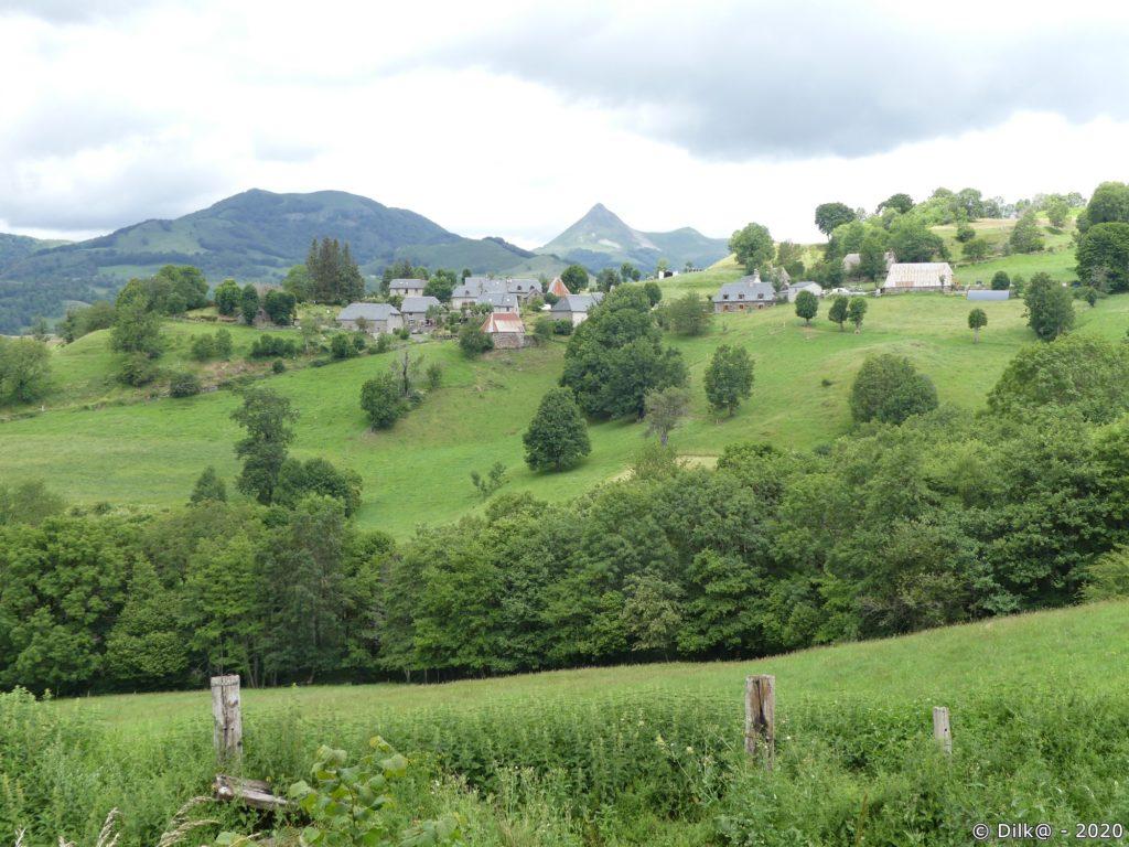 Le hameau de Nierveze et le Puy Griou au fond