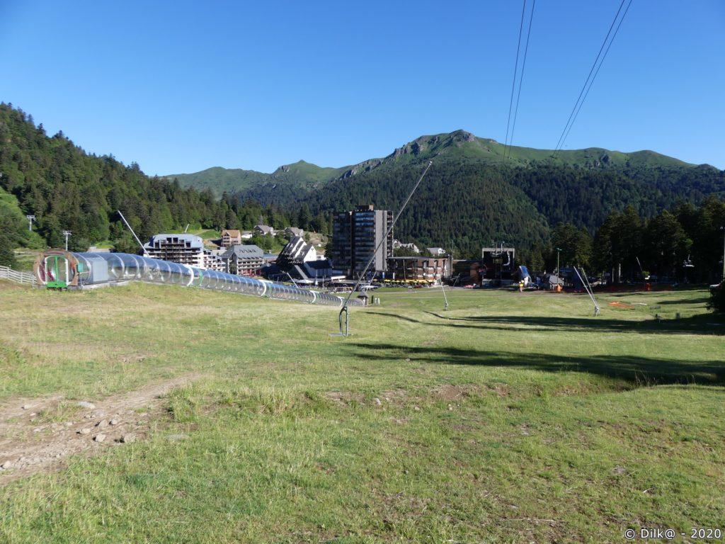 La station de Super-Lioran et les câbles du téléphérique